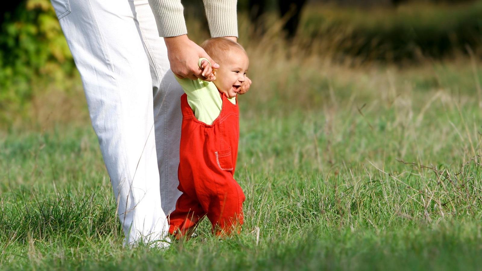 Помогаем ребенку учиться ходить