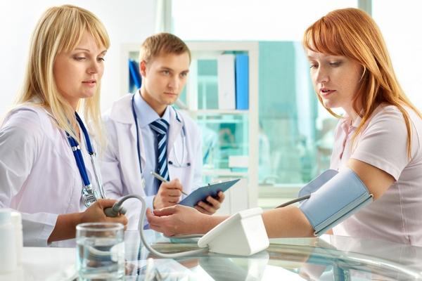 Лечением повышенного нижнего давления должны заниматься врачи